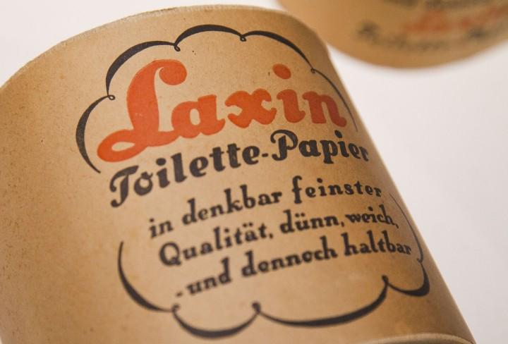 Historische Toilettenpapier-Rolle mit der Aufschrift
