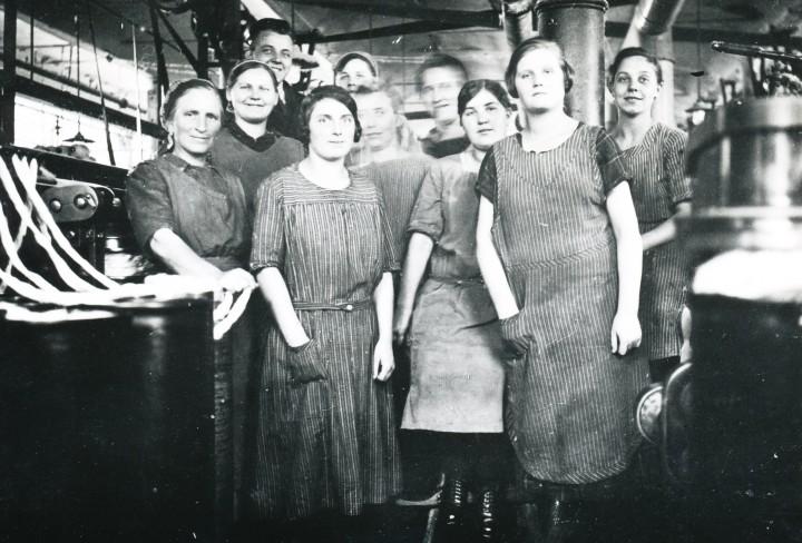 Historisches Schwarz-Weiss-Foto zeigt Arbeiterinnen in einer Fabrik