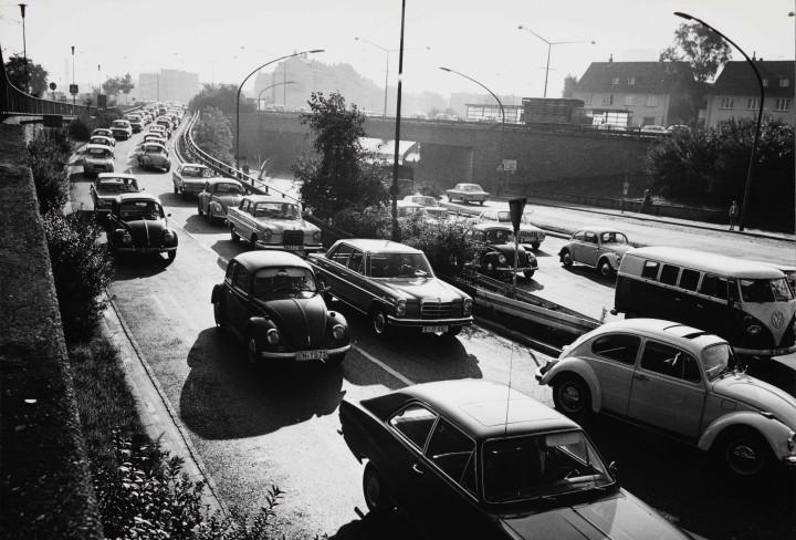 Schwarzweißfoto von vielen Autos in einem Stau