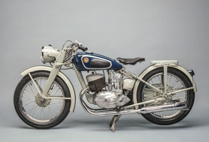 Altes Motorrad vor grauem Hintergrund
